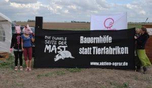 Bild einer Protestaktion in Alt-Tellin gegen Schweinemastbetriebe